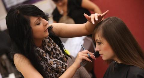 كم كرة تغير المرأة طريقة تصفيف شعرها خلال حياتها؟!