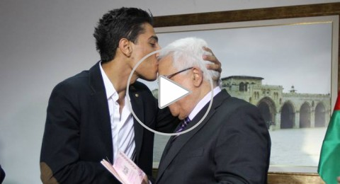 عباس يستقبل الفنان محمد عساف ويسلمه جواز سفر ديبلوماسي