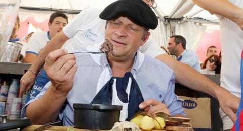 رئيس بلدية فرنسي يفي بوعده… ويأكل فأرا!