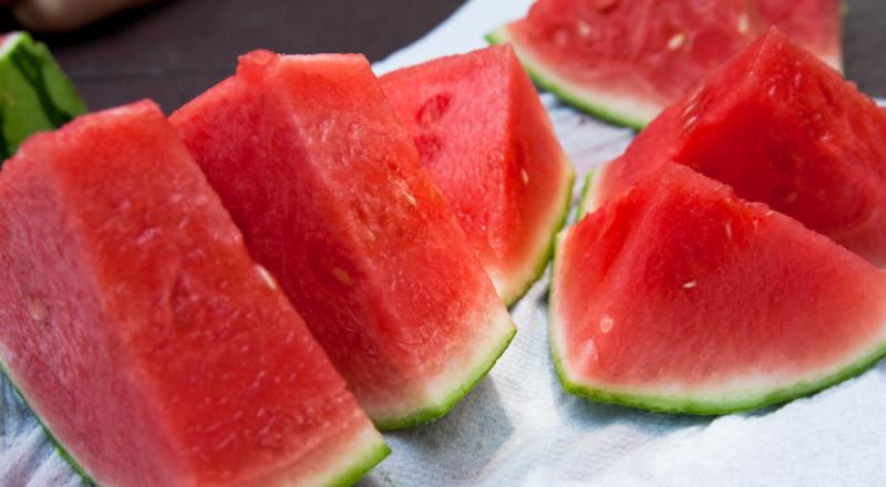 كم سعرا حراريا في شريحة البطيخ؟