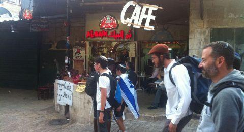 القدس: مستوطنون يعتدون على التجار والمواطنين ويدمرون سيارات وممتلكات