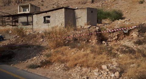 حريق في مبنى مهجور في منطقة الغور والعثور على جثتين