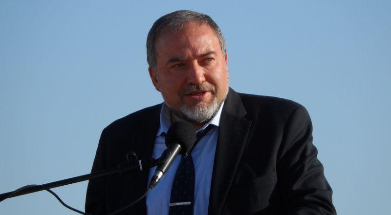 ليبرمان يأمر بتقليص مساحة الصيد ويتوعد غزة بإجراءات أخرى