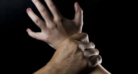 الزوجة جلبت لزوجها صديقتها ليعتدي عليها جنسيًا، لسنوات