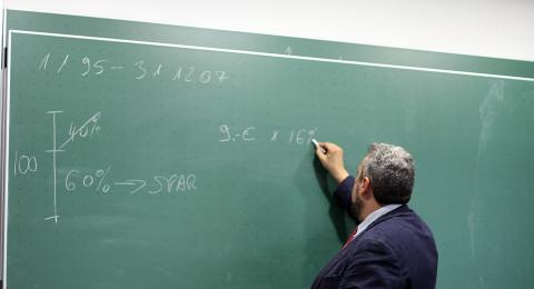 حبس منزلي وإبعاد عن المدرسة لمعلم عربي قام بأعمال مشينة أمام طلابه