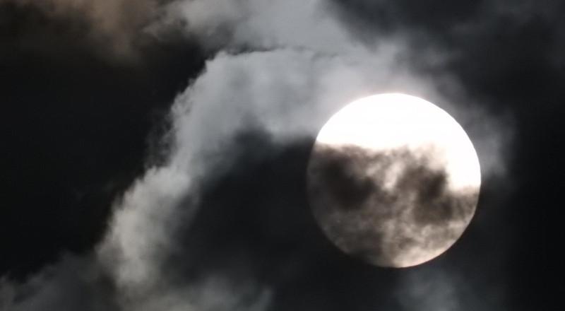 """العالم يرصد """"القمر العملاق"""" في أقرب نقطة من الأرض"""