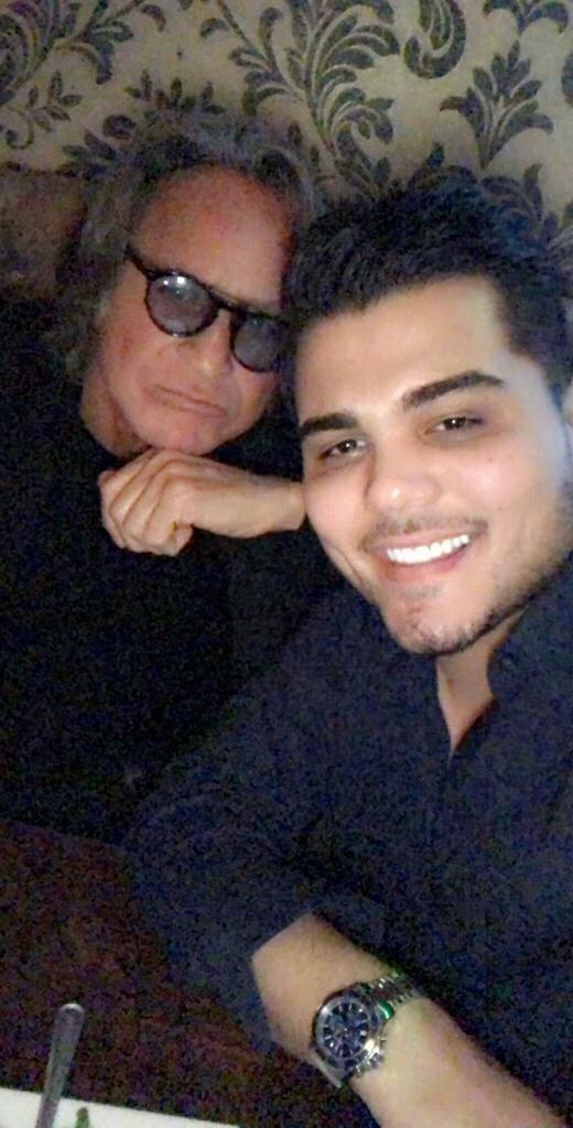 والد جيجي وبيلا حديد ينشر صورة مع نجم عربي.. وهكذا وصفه!