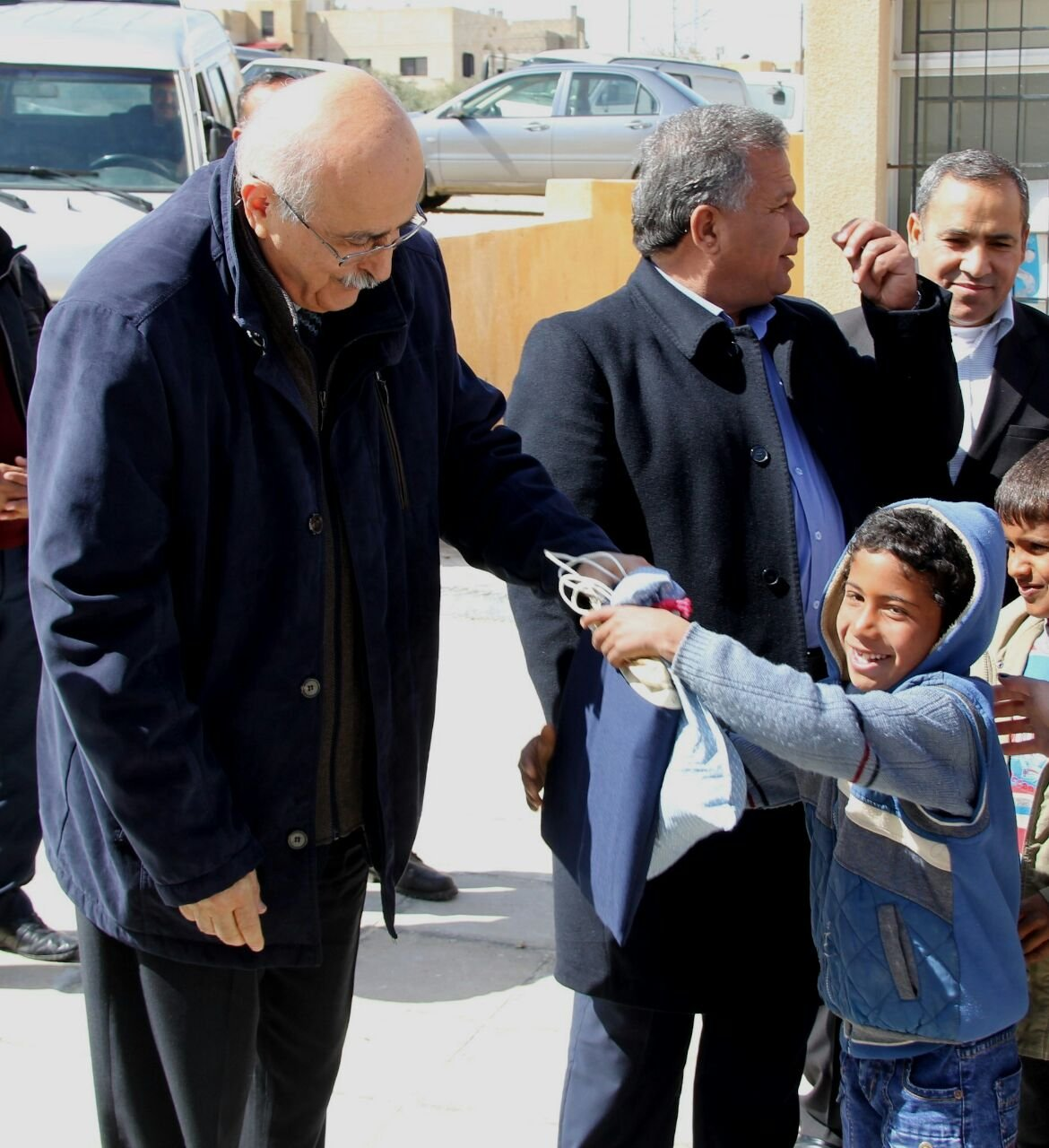 الجامعة الأميركية في مادبا توزع حقائب مدرسية وصحية على طلبة مدارس في لواء ذيبان