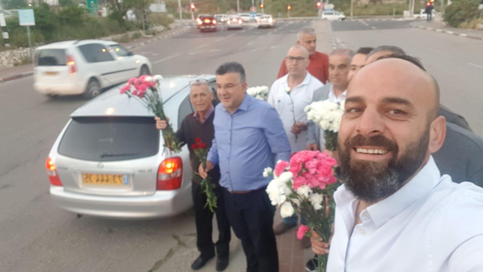 عيد العمّال: جبهة ام الفحم توزّع الورود بمشاركة النائب جبارين