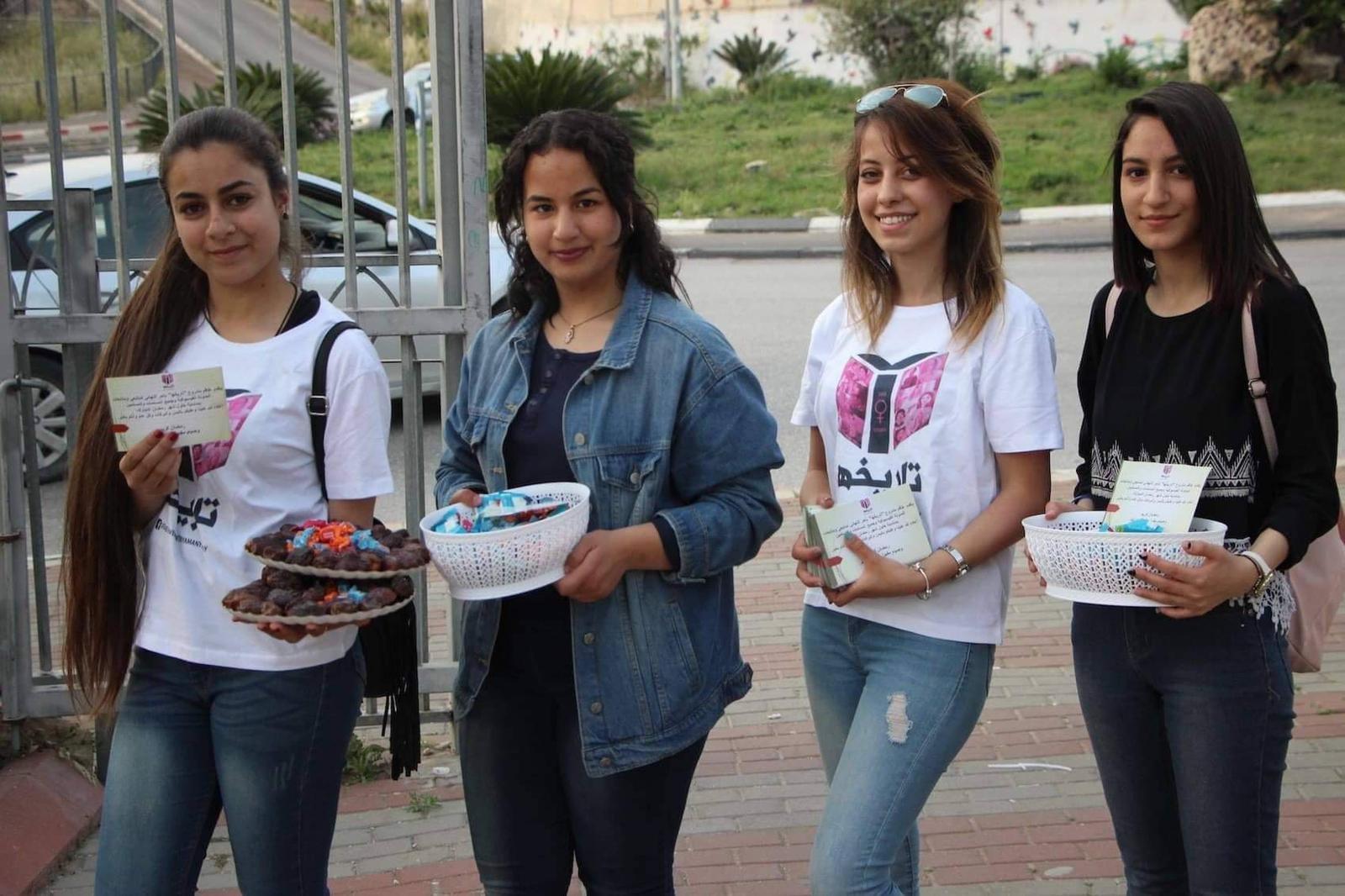 توزيع التمور وبطاقات المُعايدة... لفتة رمضانيّة لأماني الكيلاني ومتطوّعات تاريخها
