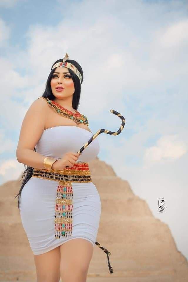 اعتقال مصور التقط صورا غير لائقة لعارضة أزياء في الأهرامات