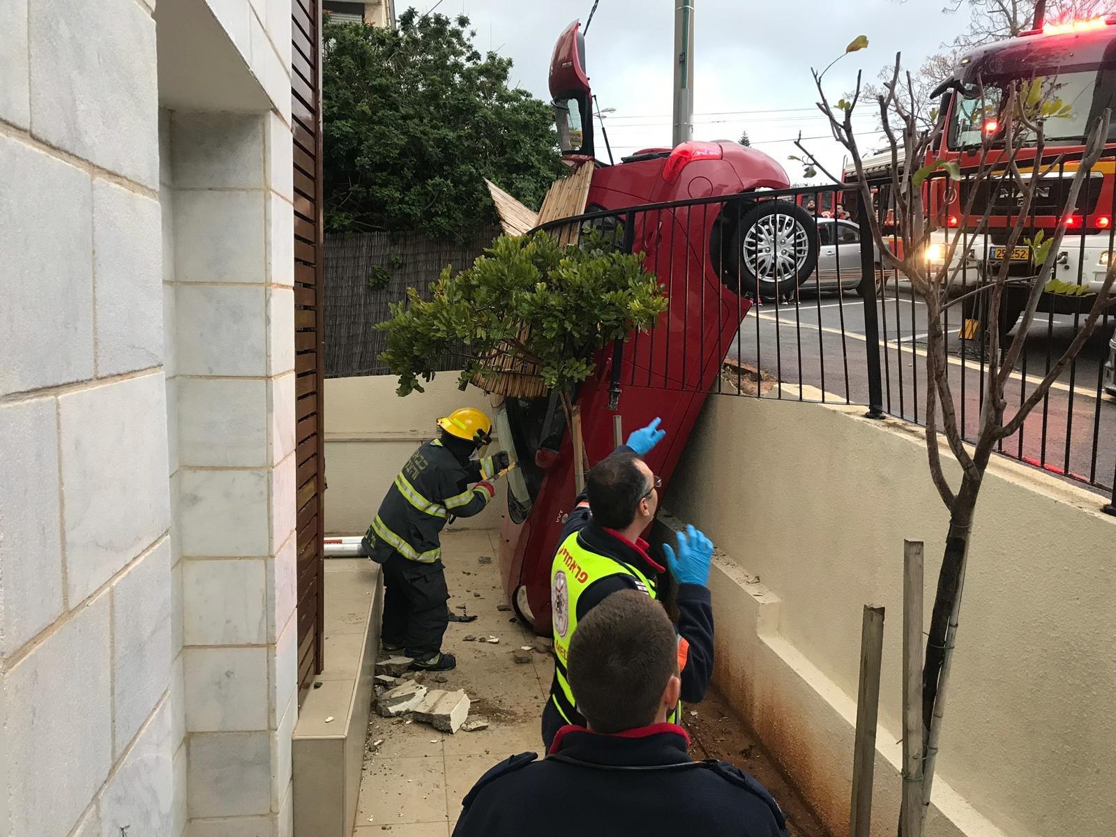 حيفا: حاول ركن سيارته...فركنها على الشرفة!