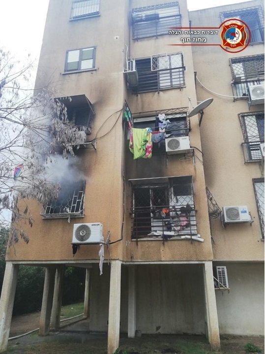 احذروا .. هاتف نقّال يؤدي الى حريق هائل داخل شقة سكنية في كريات بيالك