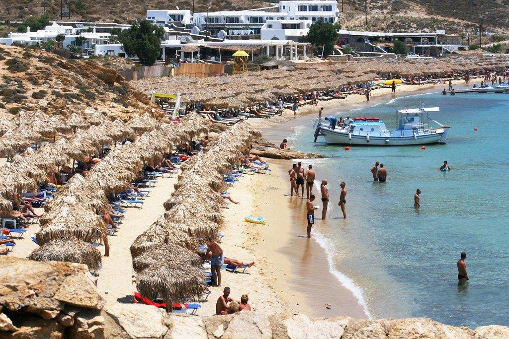 ميكونوس ومتعة الإجازة الصيفية على الشاطئ