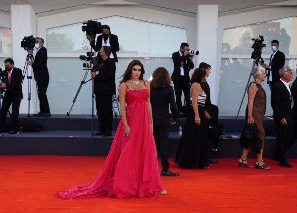 شاهد: ياسمين صبري تخطف الأنظار بفستانها الأحمر-0