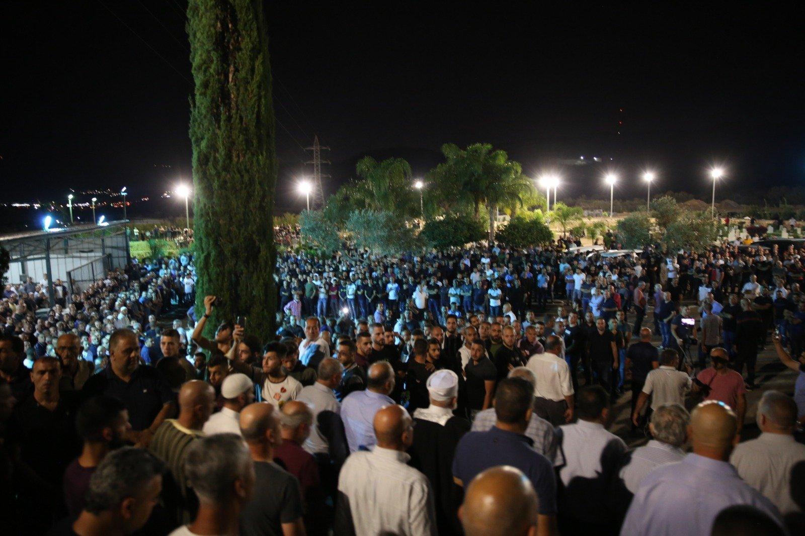 الآف يشيعون جثمان الأخوين مناع: اغلاق شارع 85، مظاهرة وإضراب