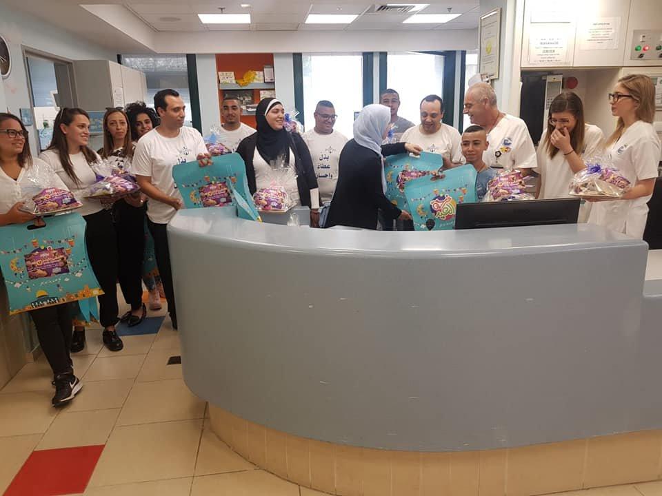 مركز المينا العكّي يوزّع الهدايا وكعك العيد على الاطفال المرضى وذويهم في مشفى رمبام
