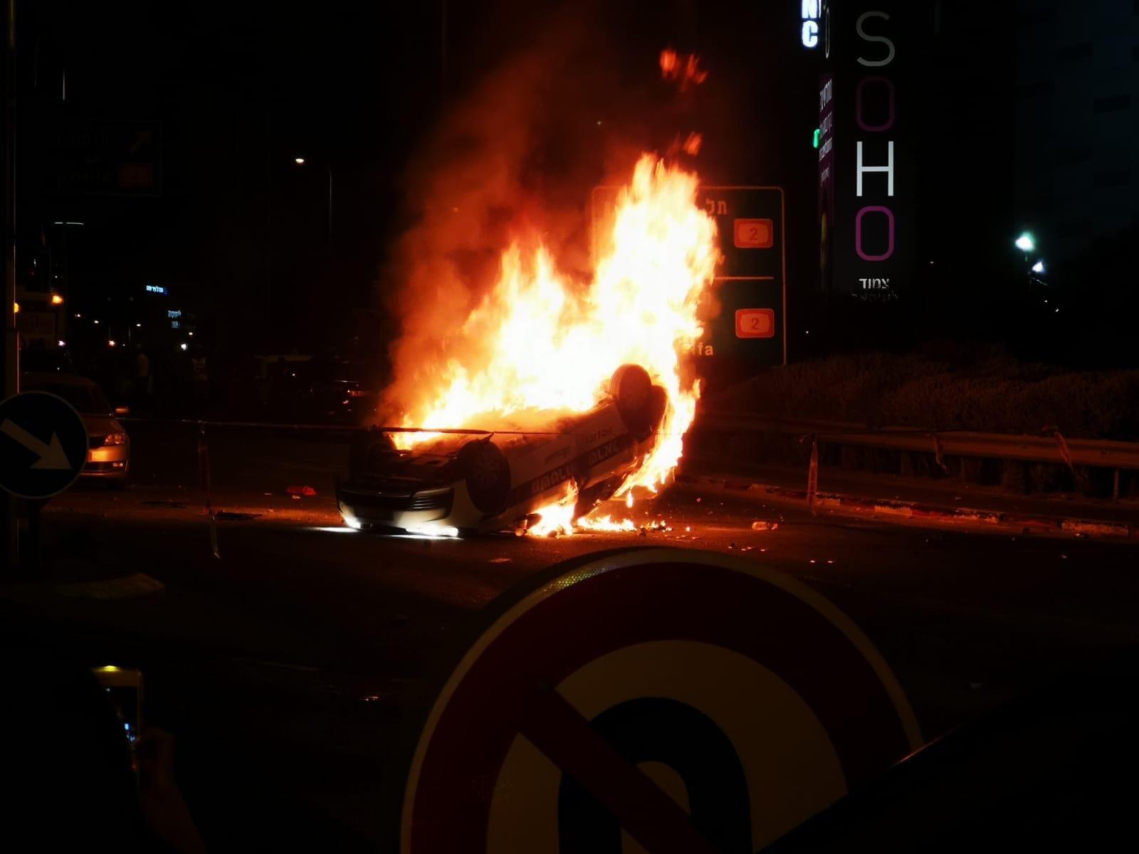 فوضى عارمة في مظاهرات ذوي الاصول الأثيوبية .. إصابات عناصر شرطة وحرق دورياتهم