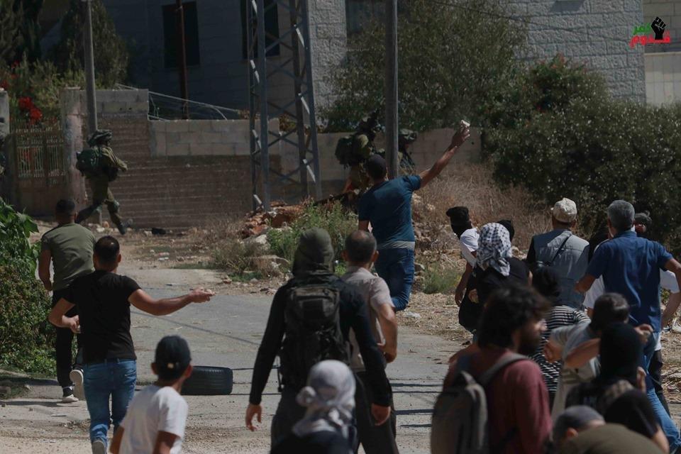 إصابة ثلاثة بجروح بينهم ناشط إسرائيلي خلال قمع جيش الاحتلال لمسيرة كفر قدوم الأسبوعية