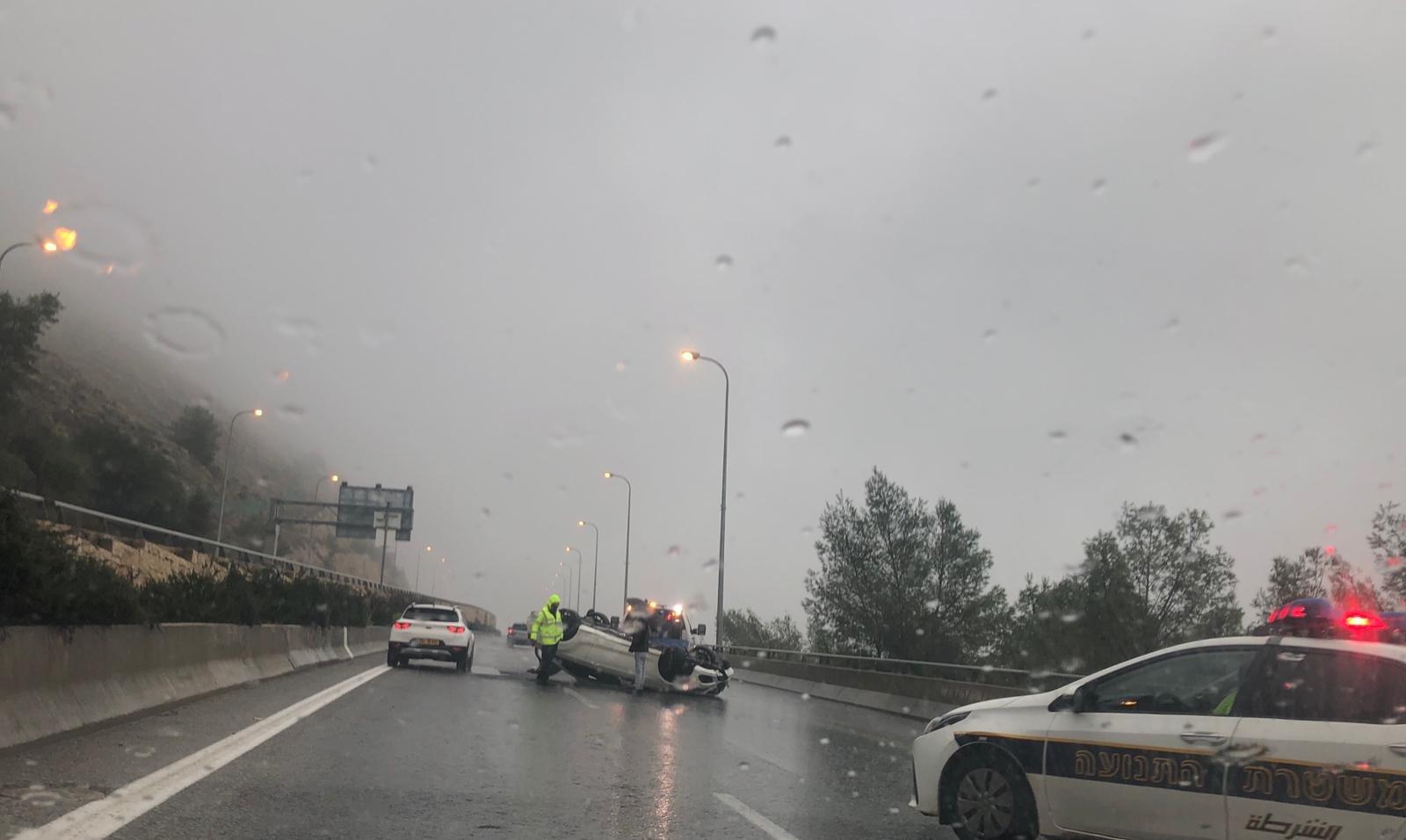 انقلاب مركبة في مدخل نفق الناصرة- اكسال