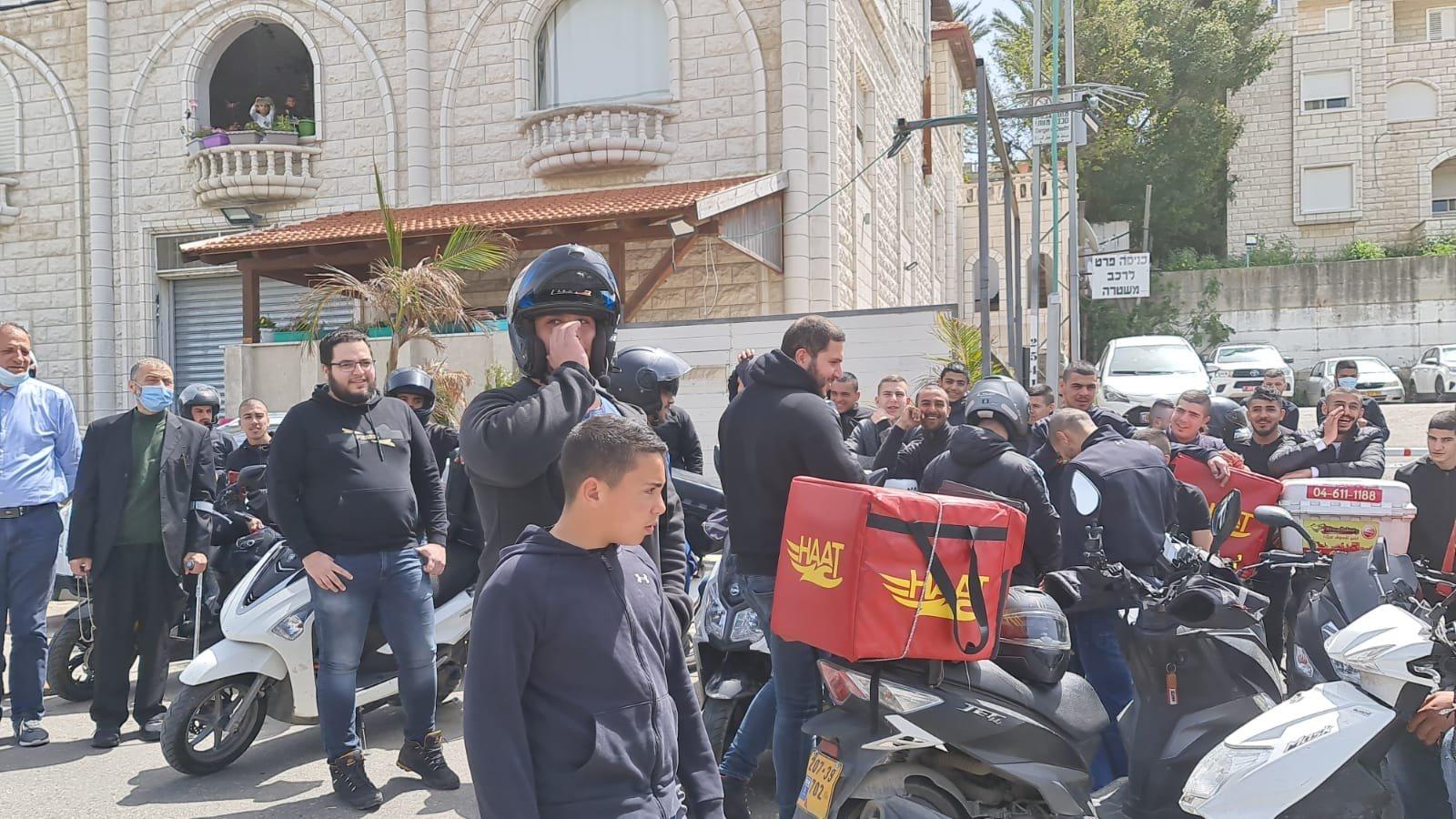 أم الفحم: عاملو الارساليات يتظاهرون أمام محطة الشرطة بسبب التضييقات