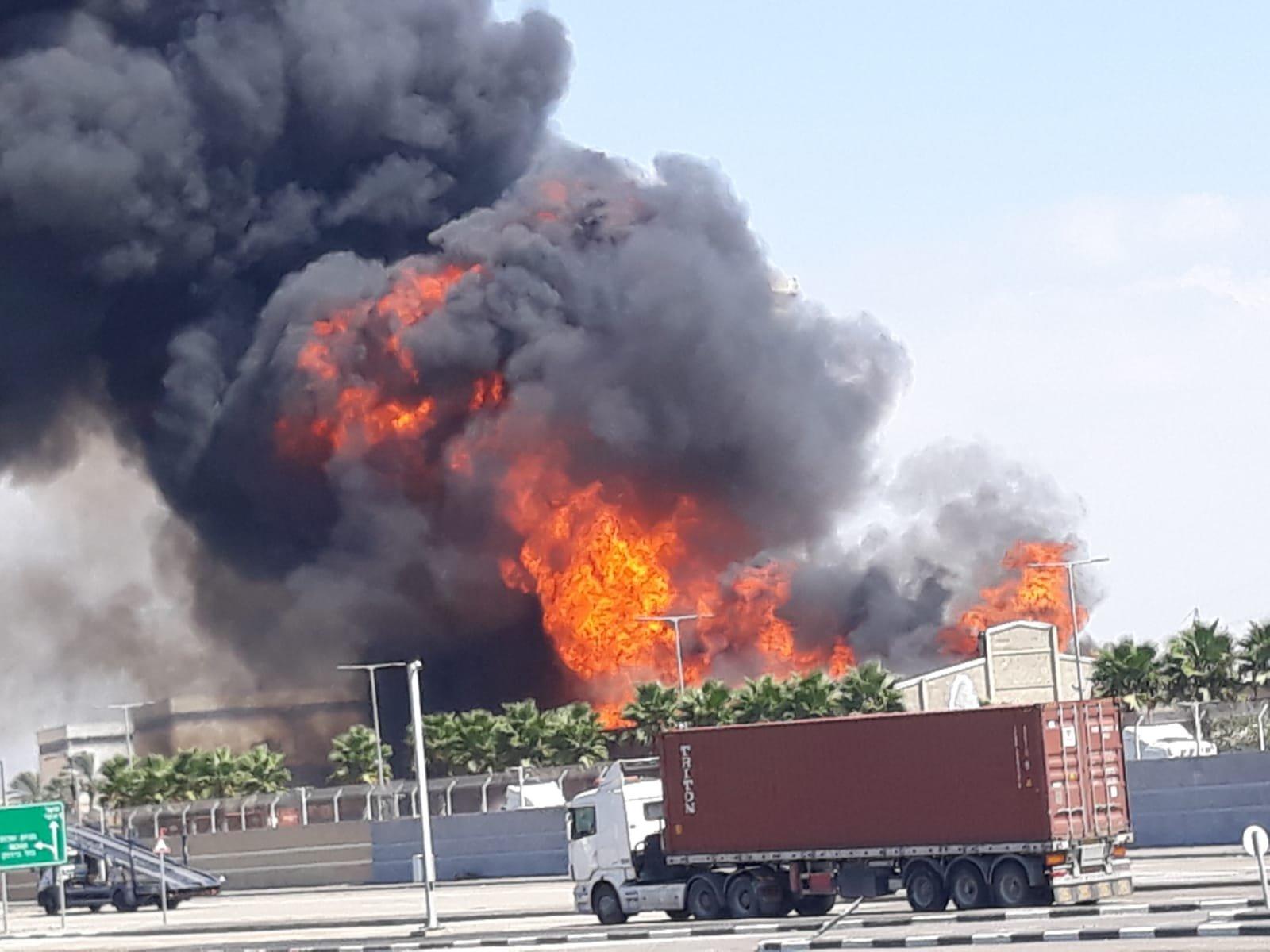 حريق هائل في مخزن للزيوت بميناء حيفا