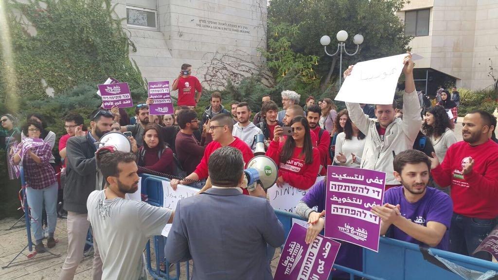 الطلاب العرب يتظاهرون في الجامعة العبرية بمشاركة النائب يوسف جبارين-0