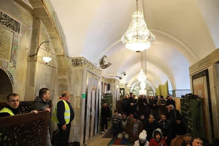 آلاف المصلين يؤدون صلاة الفجر في الحرم الابراهيمي الشريف 1017330971
