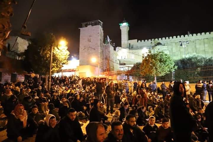 آلاف المصلين يؤدون صلاة الفجر في الحرم الابراهيمي الشريف 1096118950