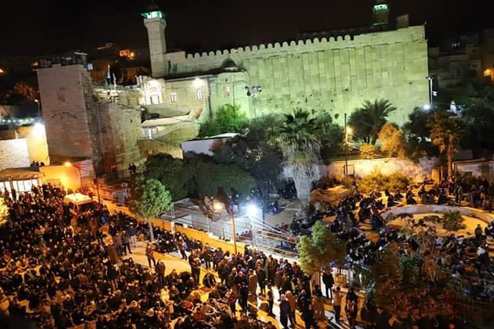 آلاف المصلين يؤدون صلاة الفجر في الحرم الابراهيمي الشريف 1368210847