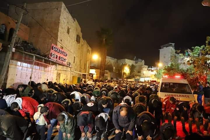 آلاف المصلين يؤدون صلاة الفجر في الحرم الابراهيمي الشريف 1446236090