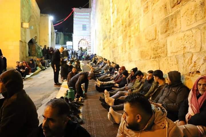 آلاف المصلين يؤدون صلاة الفجر في الحرم الابراهيمي الشريف 1718749999