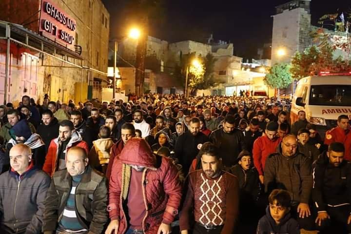 آلاف المصلين يؤدون صلاة الفجر في الحرم الابراهيمي الشريف 2012785386