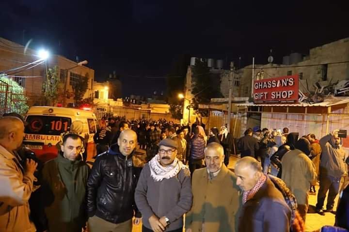 آلاف المصلين يؤدون صلاة الفجر في الحرم الابراهيمي الشريف 2119305551