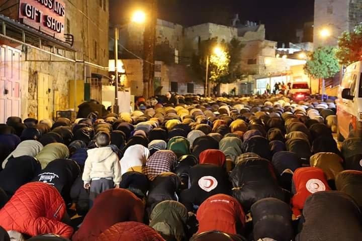 آلاف المصلين يؤدون صلاة الفجر في الحرم الابراهيمي الشريف 368153708