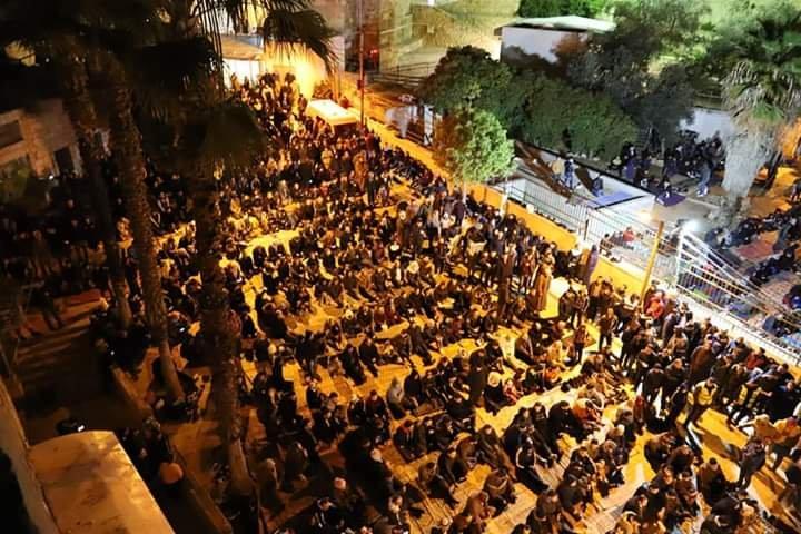 آلاف المصلين يؤدون صلاة الفجر في الحرم الابراهيمي الشريف 425661731