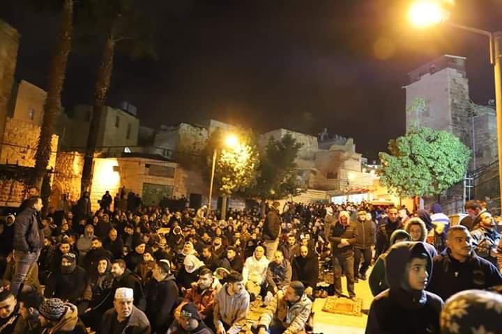 آلاف المصلين يؤدون صلاة الفجر في الحرم الابراهيمي الشريف 775904891