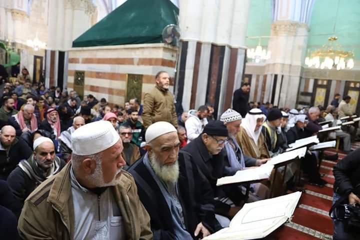 آلاف المصلين يؤدون صلاة الفجر في الحرم الابراهيمي الشريف 799585476