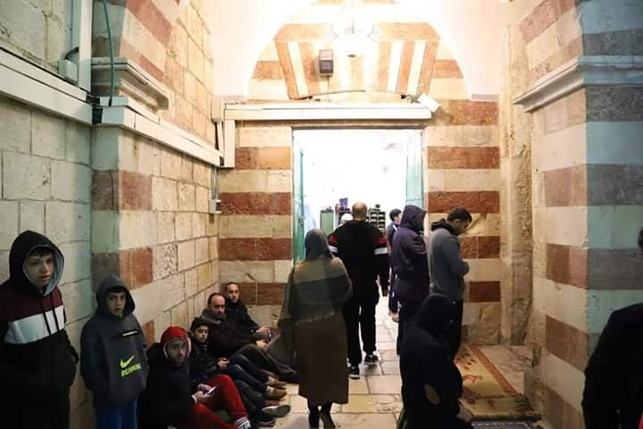 آلاف المصلين يؤدون صلاة الفجر في الحرم الابراهيمي الشريف 860675877