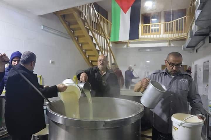آلاف المصلين يؤدون صلاة الفجر في الحرم الابراهيمي الشريف 937918098