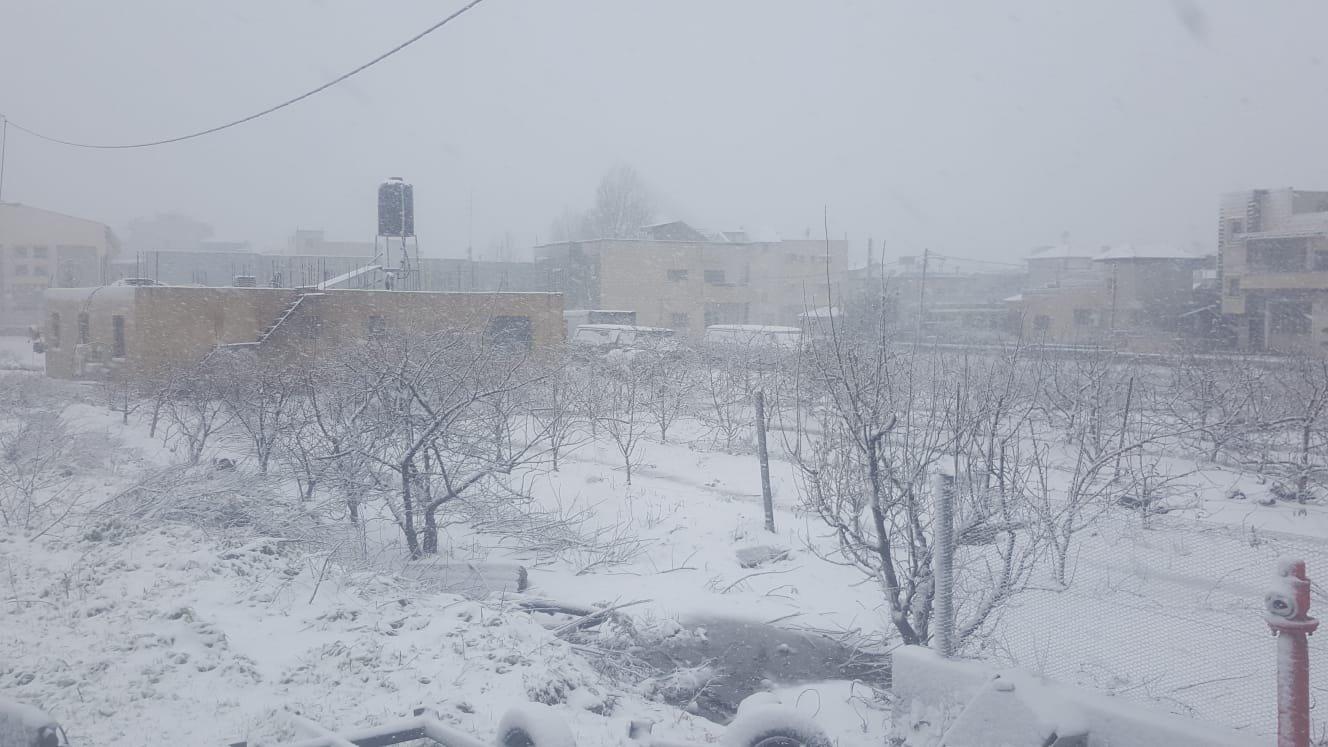 الثلوج تغطي قرى الجولان وقد تتساقط بمناطق أخرى