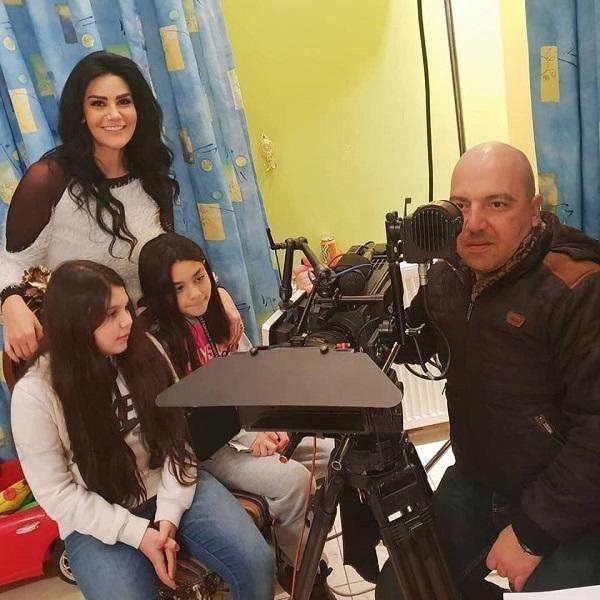 ابنتا نظلي الرواس ترافقانها بيوم تصوير في مسلسل