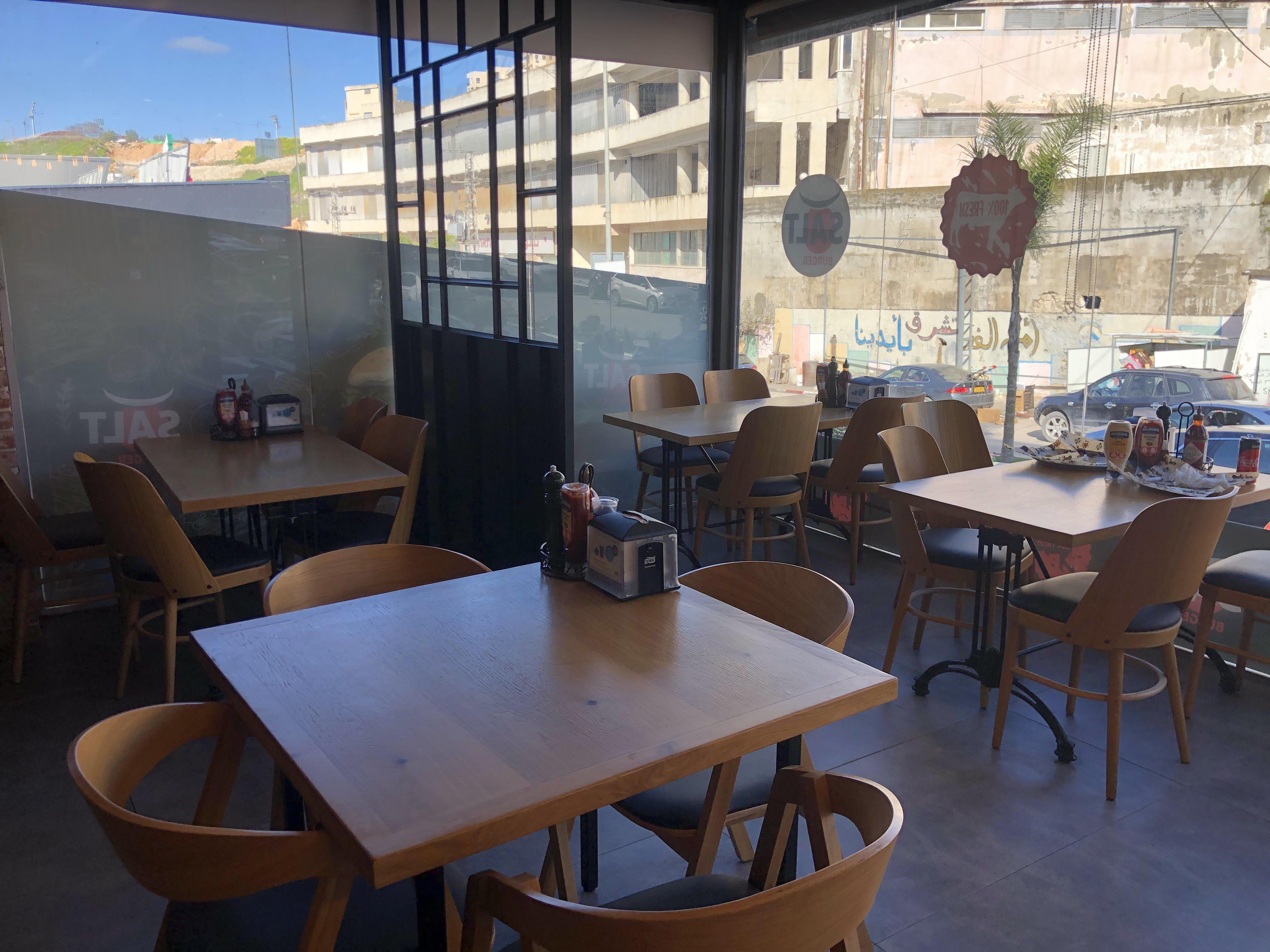 اقبال على المطاعم بعد قرار الإفتتاح