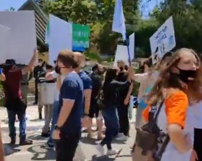 طلاب الجامعات يتظاهرون أمام مجلس التعليم العالي للمطالبة بحقوقهم اثر أزمة الكورونا