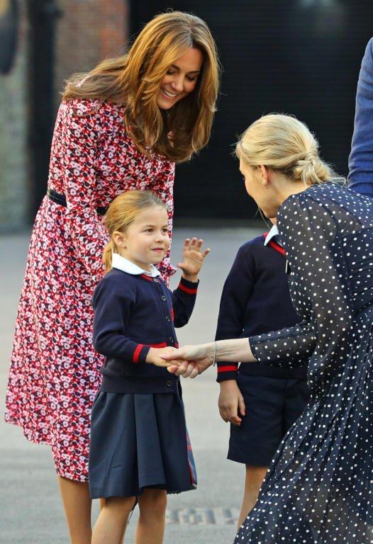 كايت ميدلتون تصطحب ولديها للمدرسة في إطلالة رائعة