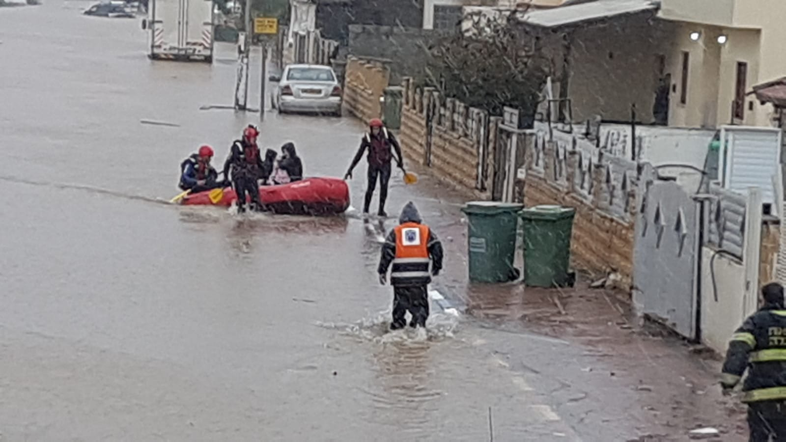 اغلاق شوارع وعشرات العالقين من الفيضانات بمركز البلاد .. وانهيار جدار في القدس