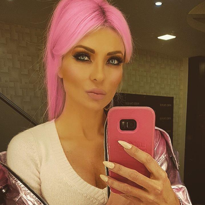 ميريام كلينك تصبغ شعرها باللون الزهري وتدهش محبيها