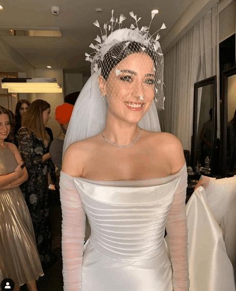 ممثلة تركية شهيرة تدخل القفص الذهبي.. شاهدي فستان زفافها