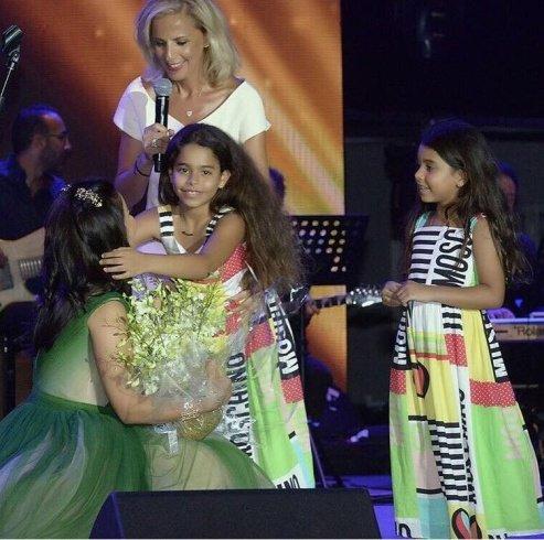 ابنتا شيرين معها على المسرح! وقبلة تشعل مواقع التواصل الاجتماعي!!