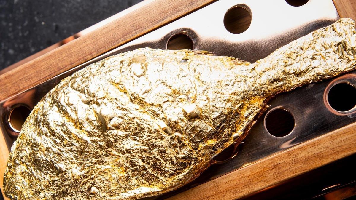 مطعم يقدّم سمكة مغطاة بالذهب عيار 23 1128065939